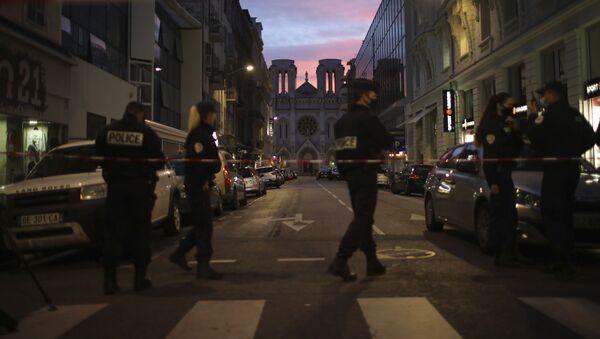 Полиција испред цркве Нотр Дам у Ници, где је извршен терористички напад - Sputnik Србија