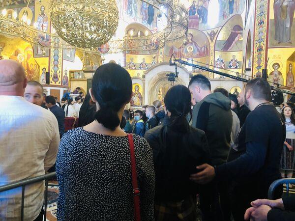 Све време литургије грађани се поздрављају од митрополита - Sputnik Србија