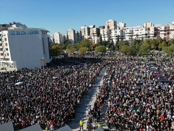Народ окупљен испред Саборног храма у Подгорици како би одао последњу почаст митрополиту Амфилохију - Sputnik Србија