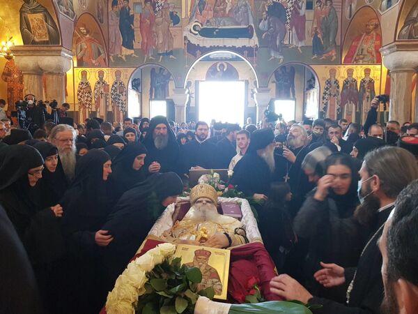 Последњи поздрав великодостојника, свештенства и народа од митрополита Амфилохија - Sputnik Србија