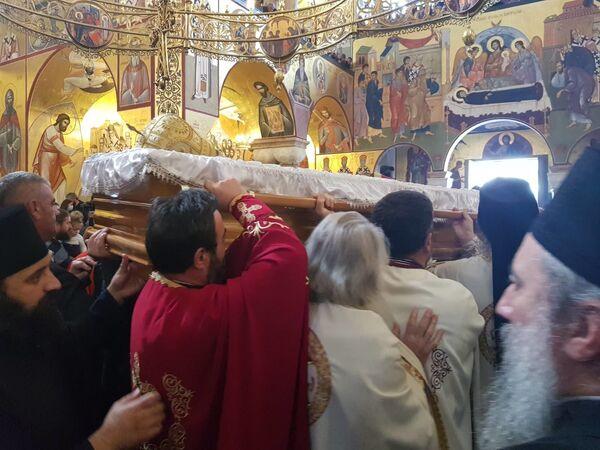 Изношење земних остатака митрополита Амфилохија испред Саборног храма - Sputnik Србија