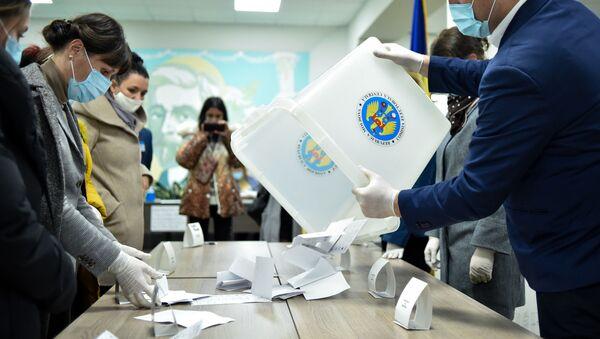 Чланови изборне комисије броје гласове на председничким изборима у Молдавији - Sputnik Србија