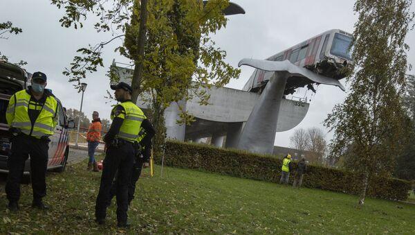 Метро излетео из шина у Холандији и завршио на споменику - Sputnik Србија