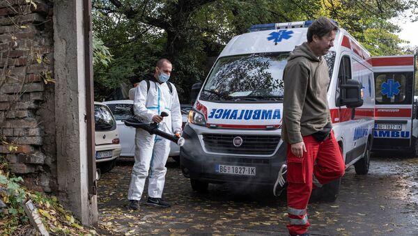 Екипа Хитне помоћи испред клинике за инфективне и тропске болести КЦС - Sputnik Србија