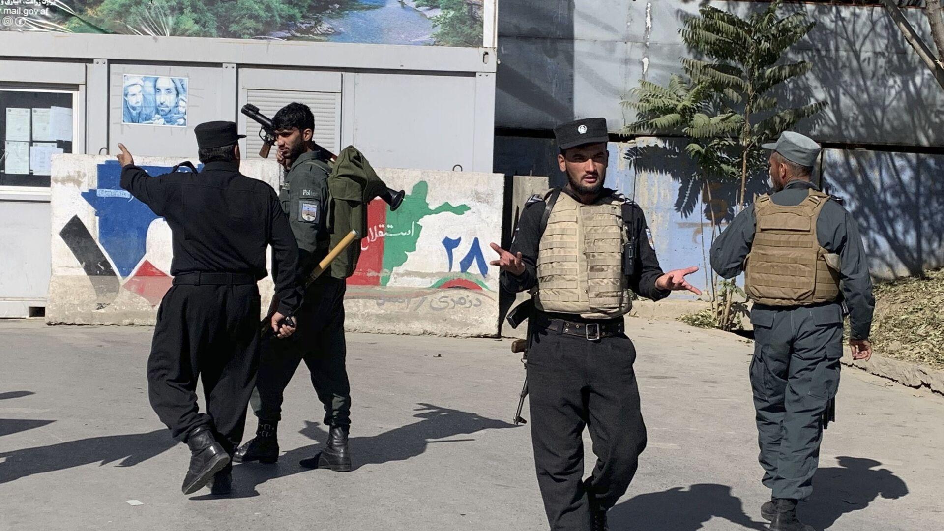 Безбедносне снаге испред универзитета у Кабулу, где је у нападу убијено 19 људи - Sputnik Србија, 1920, 16.08.2021