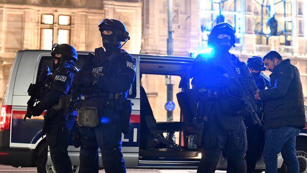 Наоружани полицајци под пуном опремом у близини Државне опере у центру Беча након пуцњаве где је убијено двоје људи, од тога један нападач. - Sputnik Србија
