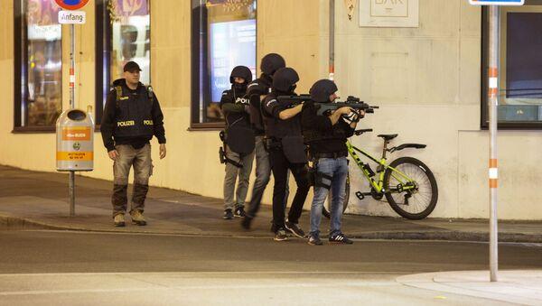 Полицијски службеници у стању приправности након размене ватре у пуцњави Бечу - Sputnik Србија