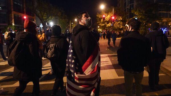 Demonstranti šetaju ulicama ispred Bele kuće dok čekaju izborne rezultate - Sputnik Srbija