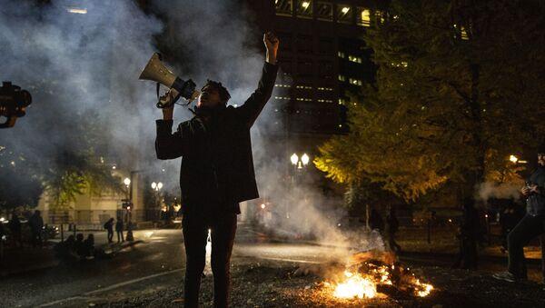 """Pripadnik organizacije """"Black Lives Matter"""" protestuje ispred Bele kuće - Sputnik Srbija"""