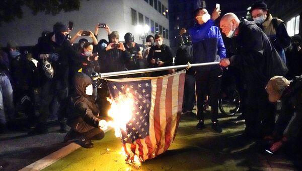Демонстранти у Портланду пале заставу САД. - Sputnik Србија