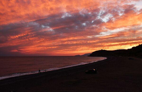Залазак сунца на обали Црног мора, недалеко до села Морско, Крим.   - Sputnik Србија
