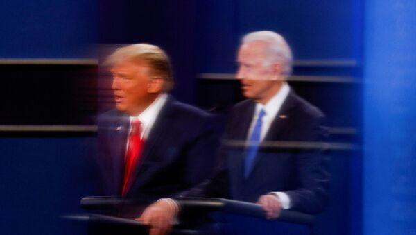 Američki predsednik Donald Tramp i kandidat za predsednika Demokratske stranke Džo Bajden  - Sputnik Srbija