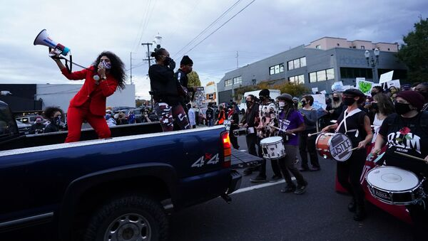 Ljudi tokom protesta u Portlandu, SAD - Sputnik Srbija