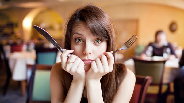 Devojka u restoranu - Sputnik Srbija