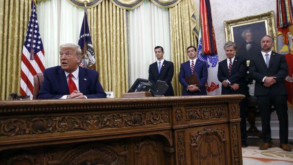 Председник САД Доналд Трамп са припадницима безбедносних служби у Белој кући - Sputnik Србија