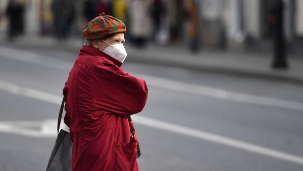 Жена са маском у Москви - Sputnik Србија
