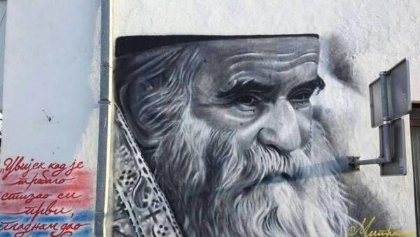 Veliki mural sa likom mitropolita Amfilohija - Sputnik Srbija