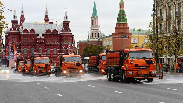 Pranje puteva i trotoara koncentrovanim deterdžentom u pripremi za zimu - Sputnik Srbija