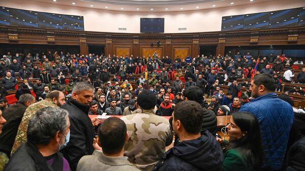 Демонстранти у згради парламента Јерменије - Sputnik Србија