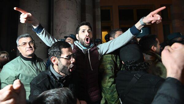 Narod u Jerevanu protestuje protiv prekida vatre u Nagorno-Karabahu - Sputnik Srbija