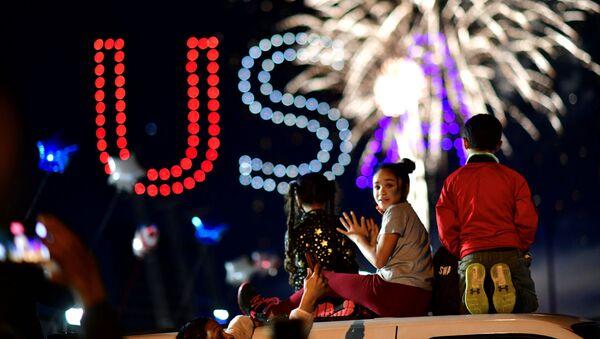 Људи гледају ватромет након што су медији објавили да је демократски кандидат за председника САД Џо Бајден победио на америчким председничким изборима 2020. године, у Вилмингтону, Делавар. - Sputnik Србија
