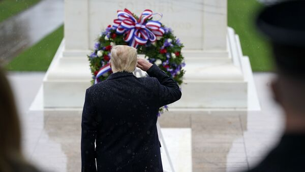 Donald Tramp odaje počast ratnim veteranima na groblju Arlington - Sputnik Srbija