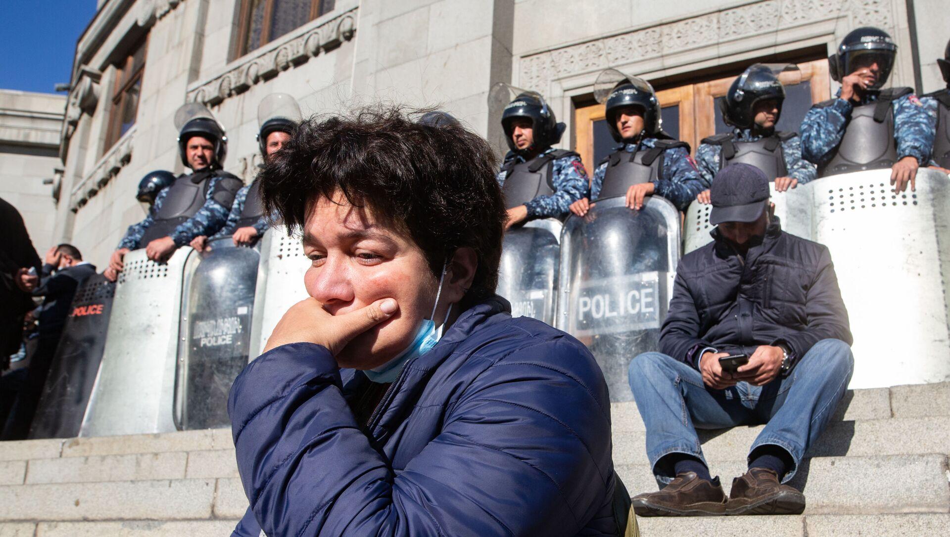 Участница митинга оппозиции на площади Свободы в Ереване и сотрудники полиции у здания оперного театра - Sputnik Србија, 1920, 11.03.2021