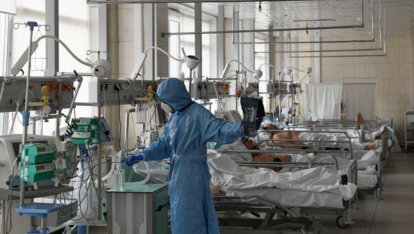 Лекар на одељењу интензивне неге у болници за пацијенте са ковидом - Sputnik Србија