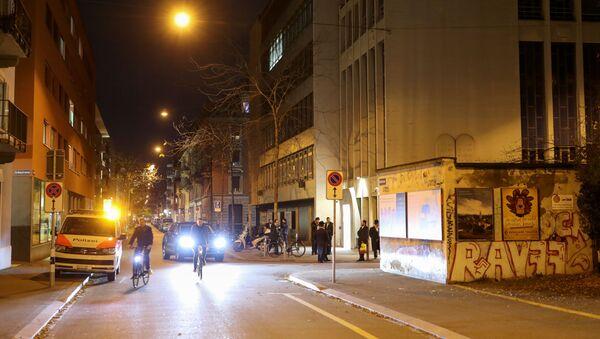 Policijsko vozilo parkirano je ispred sinagoge u Cirihu,  - Sputnik Srbija