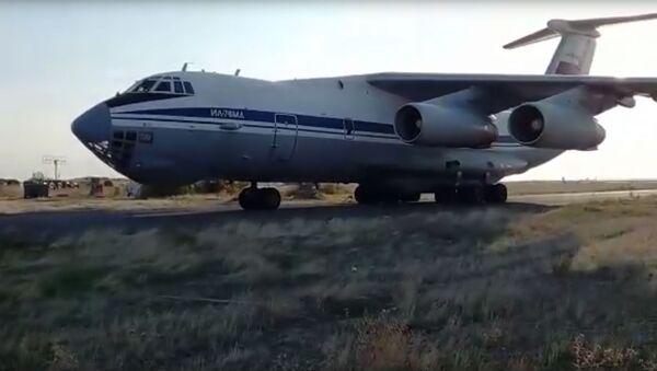 Dolazak teškog teretnog aviona Il-76 sa vojnom tehnikom i pripadnicima mirovnih snaga na aerodrom u Jeremeniji - Sputnik Srbija