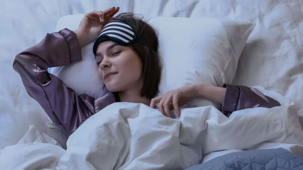 Млада жена са маском за спавање - Sputnik Србија