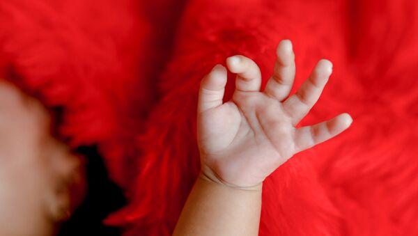 Bebina ruka na crvenoj pozadini - Sputnik Srbija