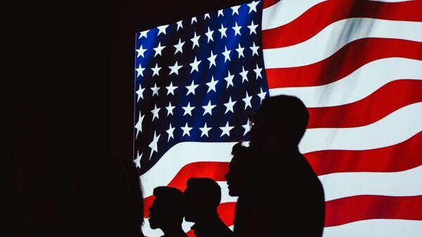Siluete ispred američke zastave - Sputnik Srbija