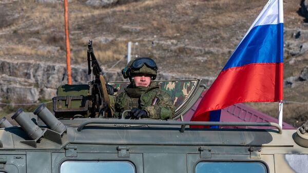 Pripadnik ruskih mirovnih snaga na kontrolnom punktu na Lačinskom koridoru u Nagorno-Karabahu - Sputnik Srbija