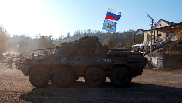 Oklopni transporter BTR-82A ruskih mirovnih snaga na Lačinskom koridoru u Nagorno-Karabahuu  - Sputnik Srbija