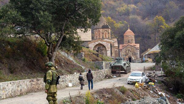 Руски мировњаци обезбеђују јерменски манастир у Карабаху - Sputnik Србија