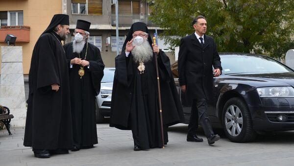 Mitropolit Hrizostom i lični sekretar patrijarha Irineja Dejan Nakić ispred Hrama Svetog Save - Sputnik Srbija