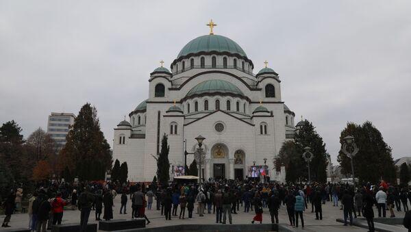 Građani ispred Hrama Svetog Save za vreme sahrane patrijarha Irineja. - Sputnik Srbija