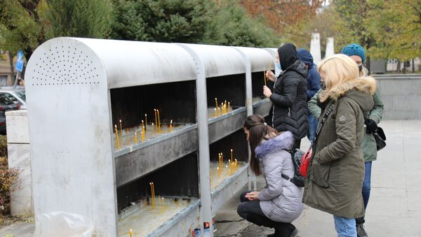 Građani pale sveće ispred Hrama Svetog Save. - Sputnik Srbija