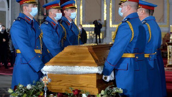 Gardisti odnose kovčeg sa telom patrijarha Irineja u kriptu Hrama gde se nalazi grobno mesto - Sputnik Srbija