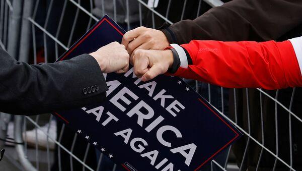 Šef osoblja Bele kuće Mark Medovs pozdravlja pristalice predsednika SAD Donalda Trampa tokom predizbornog skupa na regionalnom aerodromu u Pensilvaniji, SAD, 31. oktobra 2020. - Sputnik Srbija