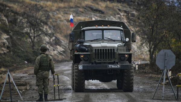 Ruski mirovnjaci na kontrolnom punktu u Lačinskom koridoru Nagorno-Karabaha - Sputnik Srbija