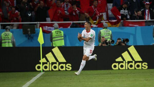 Granit Džaka pokazuje albanskog orla na utakmici Švajcarska-Srbija - Sputnik Srbija
