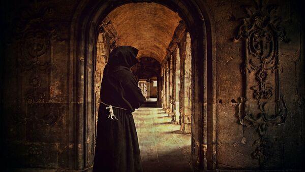 Monah u srednjovekovnom manastiru - Sputnik Srbija