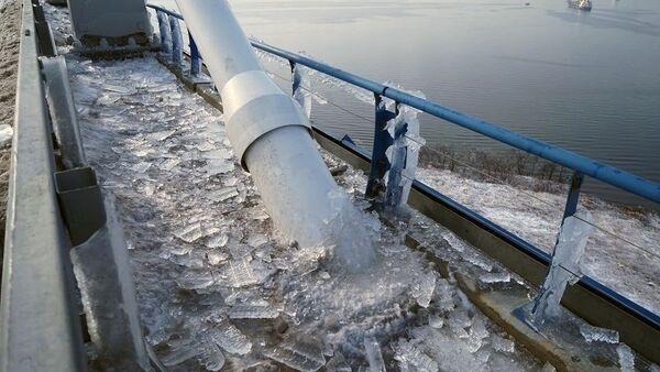Чишћење леда на мосту према острву Руски у Владивостоку - Sputnik Србија