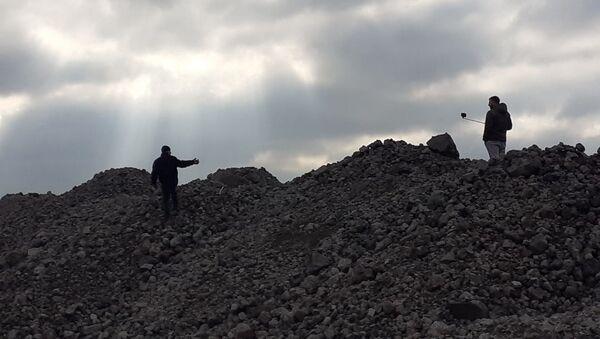 Сакупљачи секундарних сировина узимају најтеже камење и разбијају га, како би гвожђе које пронађу продали. - Sputnik Србија