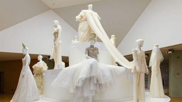 Љубав је љубав - изложба венчаница Жан Пол Готјеа - Sputnik Србија