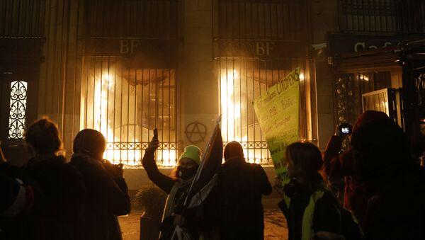 Zapaljena fasada Banke Francuske u Parizu tokom protesta - Sputnik Srbija