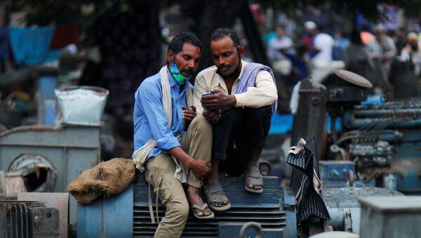 Мушкарци у Њу Делхију у Индији, 16. новембра, 2020 - Sputnik Србија