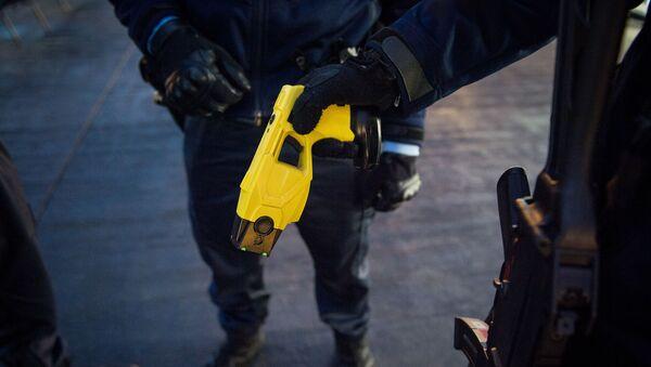 Француски жандарм држи шокер  - Sputnik Србија